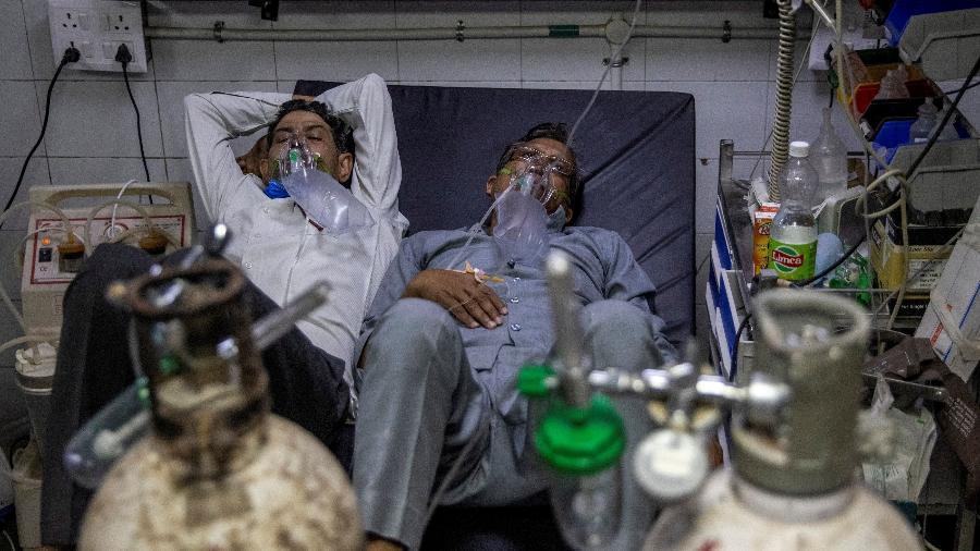 15.abr.2021 - Pacientes com covid-19 dividem a cama em hospital da Índia - DANISH SIDDIQUI/REUTERS