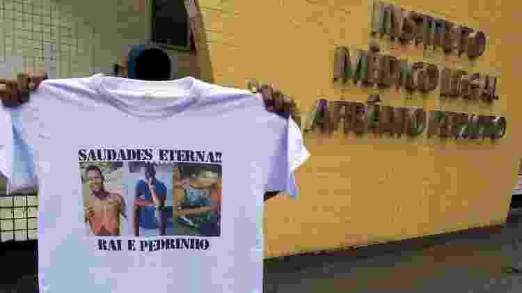 Mãe de Raí Barreiro de Araújo mostra camisa em homenagem ao jovem e seu amigo Pedro Donato de Sant'ana - Rai Aquino/Colaboração para o UOL - Rai Aquino/Colaboração para o UOL