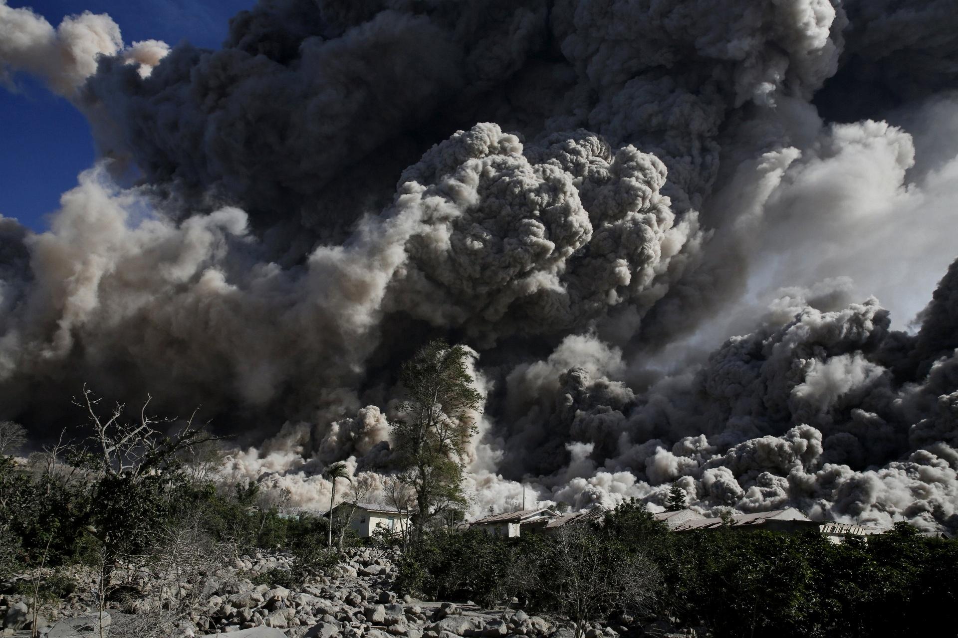 25.jun.2015 - O vulcão Sinabung expele nuvem de cinzas durante erupção próximo à aldeia já esvaziada de Bekerah, no norte da ilha de Sumatra (Indonésia). Mais de 10 mil pessoas de 12 aldeias em torno do vulcão tiveram de deixar suas casas, se mudando para campos de desabrigados