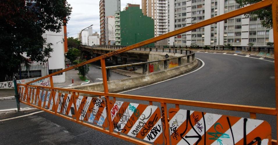 11.jul.2015 - Este é o primeiro sábado (11) em que o Elevado Presidente Costa e Silva --conhecido como Minhocão--, em São Paulo (SP), fica fechado para o tráfego de veículos. A decisão de fechar a via também no primeiro dia dos finais de semana foi tomada depois de estudos realizados pela CET (Companhia de Engenharia de Tráfego) entre os dias 20 de junho e 4 de julho. Segundo a companhia, o trânsito na região não será prejudicado com o bloqueio, que acontece até as 6h30 de segunda-feira (13)