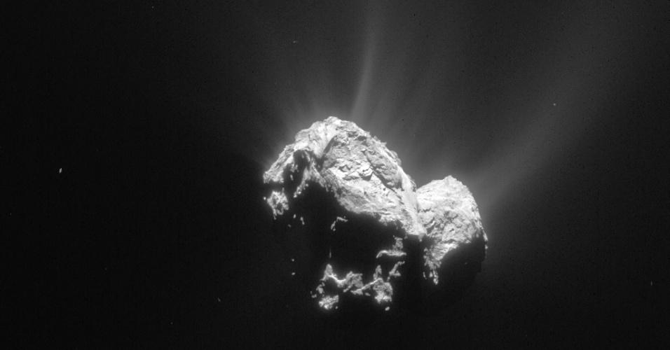 6.ago.2015 - Esta imagem nunca antes divulgada, registrada em 4 de maio de 2015 a partir de uma distância de 148 km, mostra o cometa 67P / Churyumov-Gerasimenko de um ângulo incomum. O pequeno lóbulo do lado direito e o lóbulo grande para a esquerda. Enquanto isso, é possível ver em todo o lado iluminado do cometa fluxos de gás carregado de pó. Em 6 de agosto de 2014, a Rosetta iniciou observações detalhadas, incluindo o mapeamento da superfície do núcleo em busca de um local de pouso adequado para sonda Philae