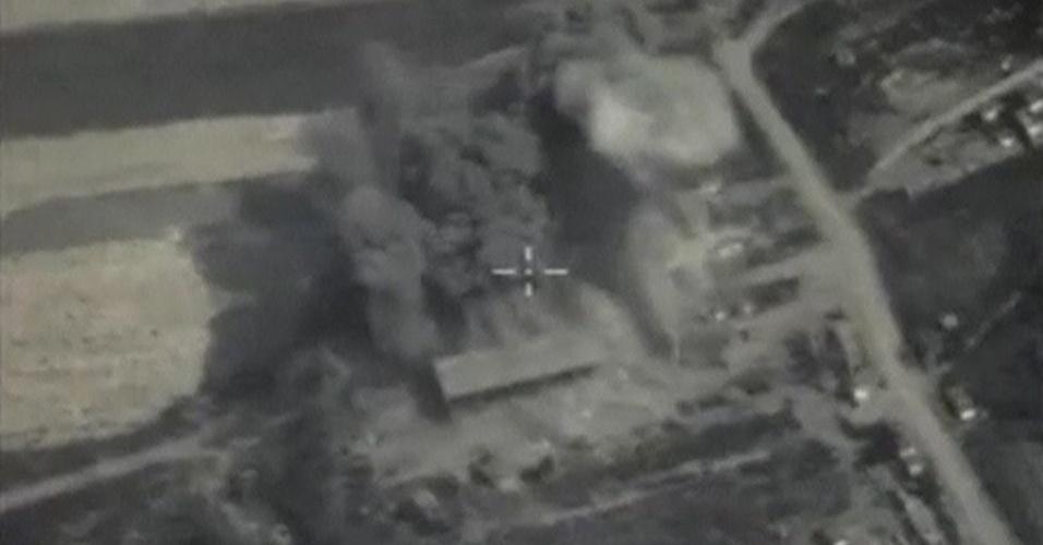 5.out.2015 - Imagem mostra um dos ataques aéreos realizados pela Força Aérea russa na província de Idlib, na Síria, no domingo (4). Segundo o ministério russo da Defesa, o alvo era um armazém de equipamentos militares utilizados pelo Estado Islâmico. No fim de semana, houve pelo menos nove ataques aéreos supostamente contra o grupo terrorista na Síria