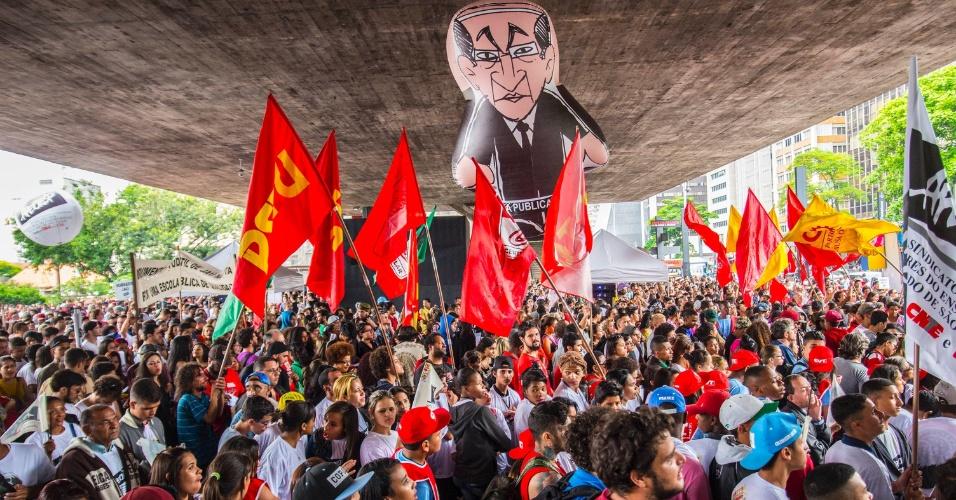 29.out.2015 - Estudantes, professores e centrais sindicais protestam contra o governador Geraldo Alckmin (PSDB) e a reforma escolar na rede estadual, que fechará 94 escolas, no vão livre do Masp (Museu de Arte de São Paulo), na Avenida Paulista, em São Paulo, nesta quinta- feira (29)