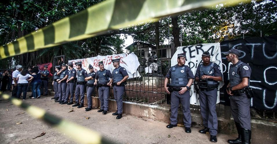 10.nov.2015 - PM cerca escola estadual Fernão Dias, que está ocupada por aluno desde a manhã desta terça. Estudantes protestam contra a reorganização da rede estadual de São Paulo