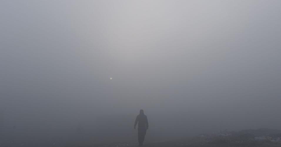 5.jan.2016 - Afegão caminha em meio a densa névoa em Cabul, no Afeganistão