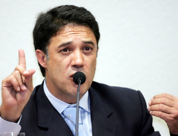 O ex-secretário-geral do PT, Silvio Pereira, durante depoimento na CPI dos Correios sobre as irregularidades nas finanças do partido e sobre o mensalão