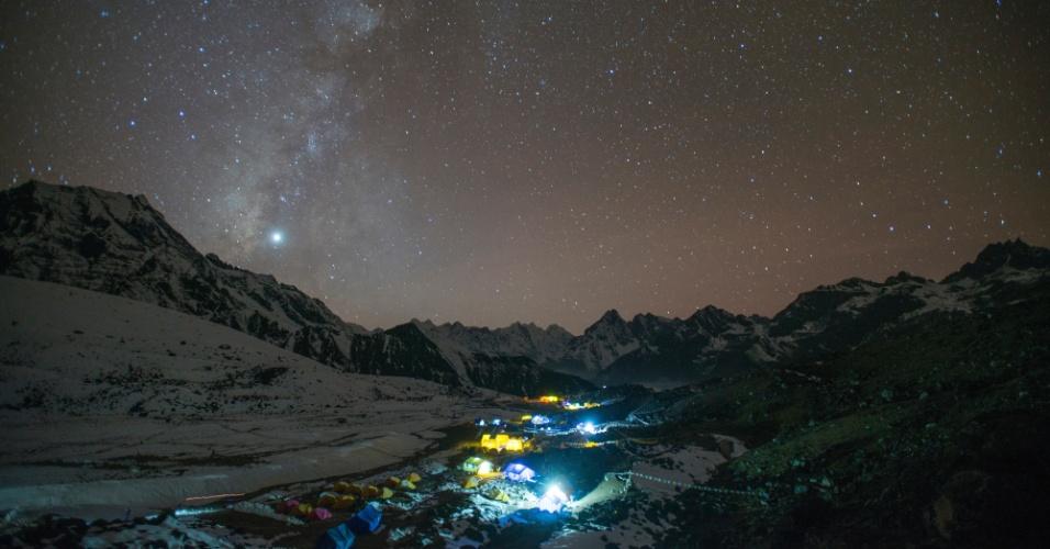 10.mar.2016 - O acampamento Ama Dablam, na base nepalesa do Everest, brilha à noite e mostra que alpinistas são os únicos na região
