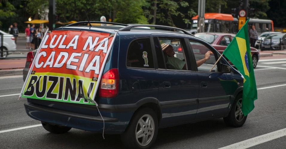 12.mar.2016 - Paulistanos fazem buzinaço na avenida Paulista neste sábado (12) pedindo a prisão do ex-presidente Luiz Inácio Lula da Silva. Estão previstas para domingo manifestações pelo impeachment da presidente Dilma Rousseff