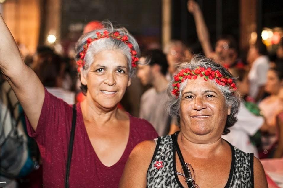 """""""Estamos aqui pela democracia. para defender todas as mudanças que o país viveu nos últimos anos, em favor da classe operária. Se o povo teve alguma melhora nesses últimos anos, é graças aos governos de Lula e Dilma. Então estamos juntas nessa luta que deveria ser de todos."""" Sonia Maria dos Santos, 55 anos, e Fátima Sueli Teixeira, 60 anos, bancárias"""