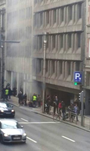 22.mar.2016 - Fumaça é vista do lado de fora da estação Maalbeek, em Bruxelas, logo após explosão em ataque terrorista que fez centenas de vítimas no local