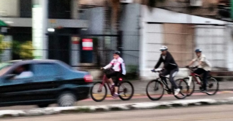 27.mar.2016 - Antes de deixar Porto Alegre (RS), onde passou o feriado de Semana Santa, a presidente Dilma Rousseff anda de bicicleta escoltada por dois seguranças na capital gaúcha