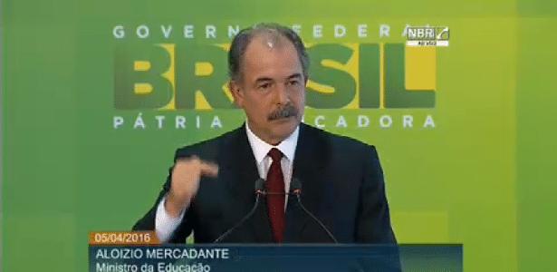 """5.abr.2016 - O ministro da Educação, Aloizio Mercadante, lança """"Hora do Enem"""", material de estudos para o exame"""