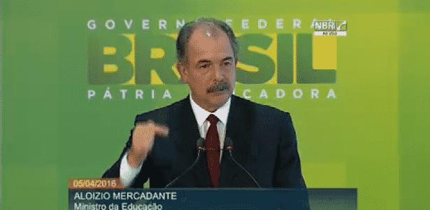"""5.abr.2016 - O ministro da Educação, Aloizio Mercadante, lança """"Hora do Enem"""", material de estudos para o exame - Reprodução"""