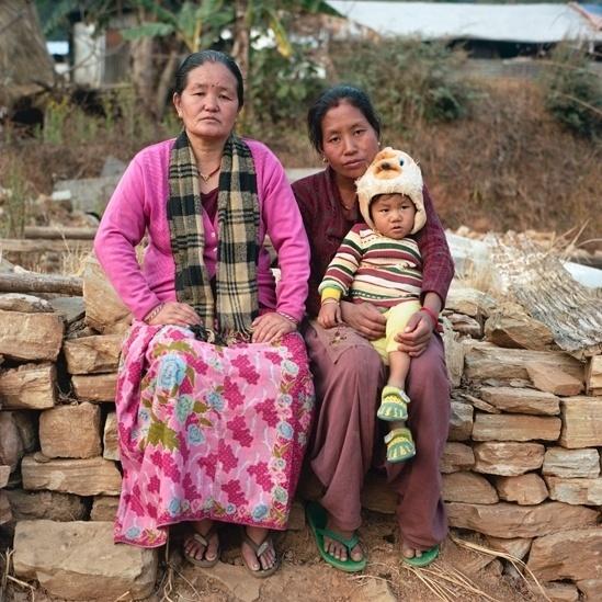 """25.abr.2016 - A professora de escola primária Dhan Kumari Magar, de 44 anos, ajudou a resgatar Krishna Thapa, de 28, e seu bebê. """"A maioria das casas do vilarejo desabou e muitas pessoas ficaram presas sob os escombros"""", disse Dhan. """"Ajudei a resgatar uma mulher e seu bebê de 6 meses em uma casa próxima. Eles estavam presos sob os escombros e a mulher estava inconsciente. Limpamos os destroços e os retiramos de forma segura, mas quando a mulher acordou ela estava com muita dor. Foi terrível vê-las embaixo da casa destruída."""""""