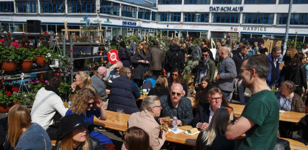Clientes frequentam restaurante em Copenhague, Dinamarca