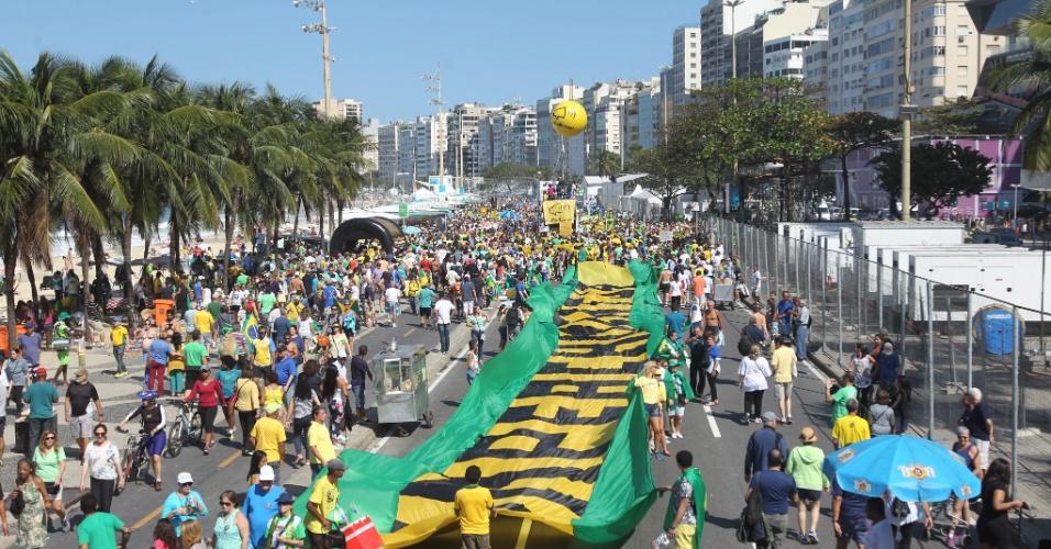 31.jul.2016 - Os manifestantes a favor do impeachment da presidente Dilma (PT) se reuniram na orla de Copacabana para protestar no Rio de Janeiro (RJ). O ato exalta o juiz Sérgio Moro e o combate à corrupção