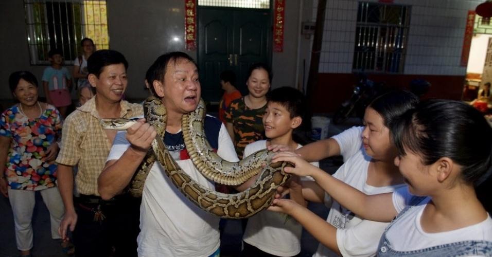 9.ago.2016 - Dong Guiping, 64, encantador de serpente mostra uma espécie a moradores de Nanping, sna província de Fujian, na China