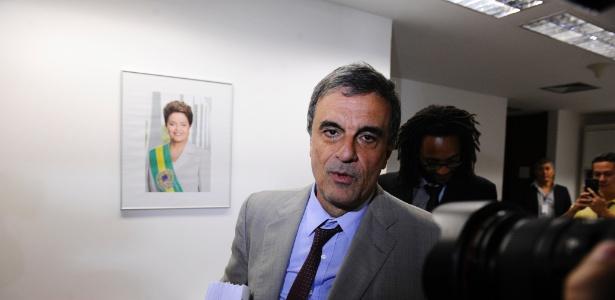 O advogado da presidente afastada, Dilma Rousseff, José Eduardo Cardozo, entrega à Secretaria-Geral da Mesa do Senado as alegações finais da defesa