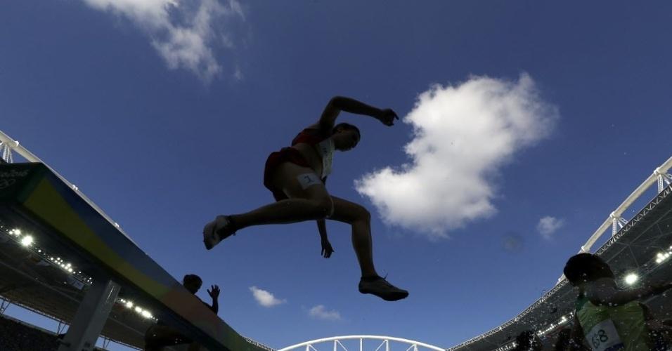 13.ago.2016 - Atletas saltam sobre a água durante prova dos 3.000 metros com obstáculos durante os Jogos Olímpicos Rio 2016