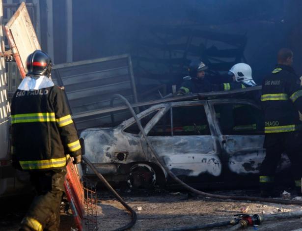 Em uma ação cinematográfica, um grupo de criminosos incendiou carros, caminhões e soltou vários fogos de artifícios para encobrir o roubo a uma empresa de transporte de valores em Santo André, na Grande São Paulo