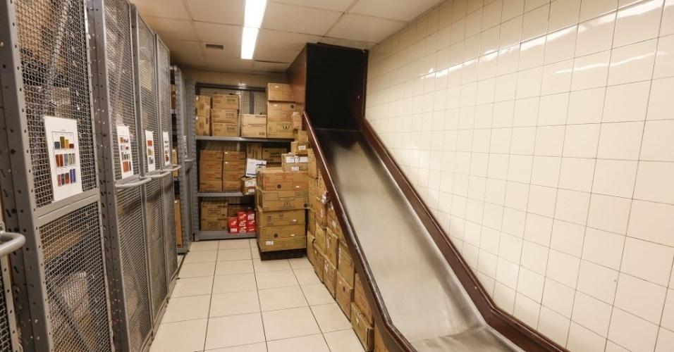 """26.set.2016 - O restaurante do McDonald´s tem um estoque de """"produtos secos"""", como copos, caixas e produtos que não precisam de refrigeração. O estoque é retirado do caminhão e desce para a sala de armazenamento por meio de um escorregador"""