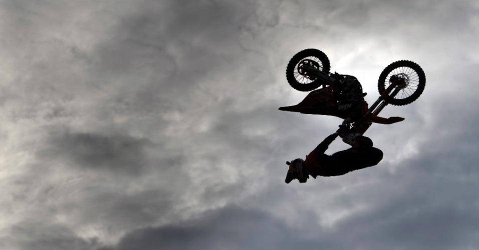 22.nov.2016 - Piloto de motocross voa em silhueta contra o céu durante sessão de treino para o Supercross Geneva International em Payerne, na Suíça