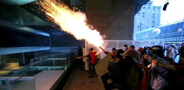 Manifestantes lançam rojões em direção à área interna da Fiesp - Paulo Whitaker/Reuters