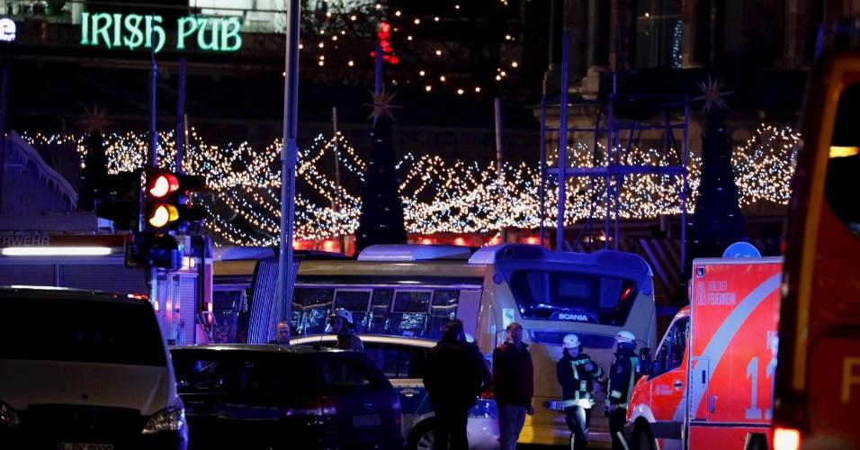 19.dez.2016 - Polícia trabalha em feira de Natal de Berlim em que caminhão atropelou várias pessoas