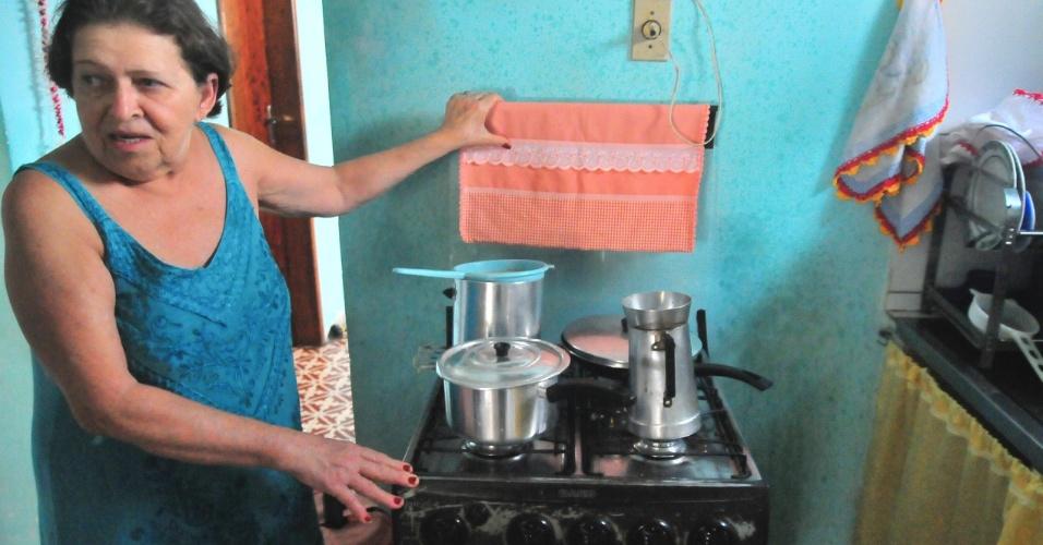 4.jan.2017 - Dona Marli mostra velho fogão que 'sobreviveu' à tragédia. Ela tem esperança de comprar um modelo novo quando receber a indenização