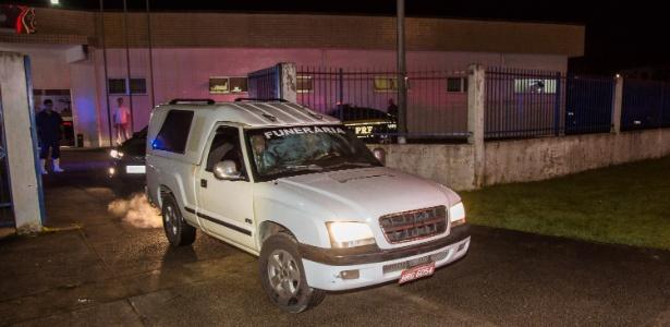 20.jan.2017 - Carro funerário deixa o IML de Angra dos Reis levando o corpo do ministro do STF Teori Zavascki