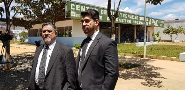 O advogado Lúcio Adolfo (à esq.) aguarda a liberação do goleiro Bruno do Apac (Centro de Reintegração Social) em Santa Luzia, região metropolitana de Belo Horizonte