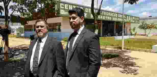 O advogado Lúcio Adolfo (à esq.) aguarda a liberação do goleiro Bruno do Apac (Centro de Reintegração Social) em Santa Luzia, região metropolitana de Belo Horizonte  - Rayder Bragon/UOL