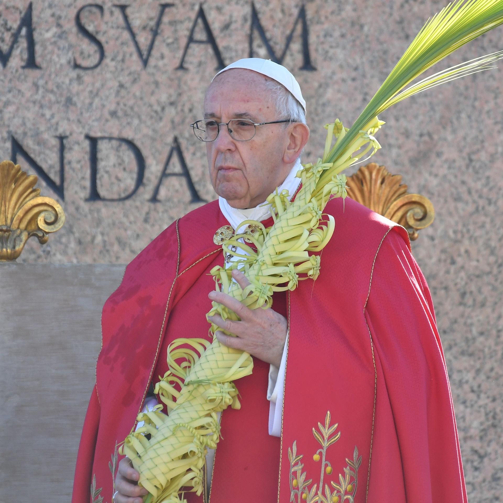9.abr.2017 - O papa Francisco celebra no Vaticano a missa do Domingo de Ramos, que abre a Semana Santa