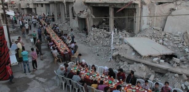 Jantar comemorativo é realizado em meio a destroços na Síria