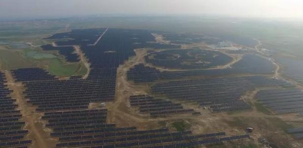 Imagem feita a partir de um drone mostra a usina solar em forma de panda