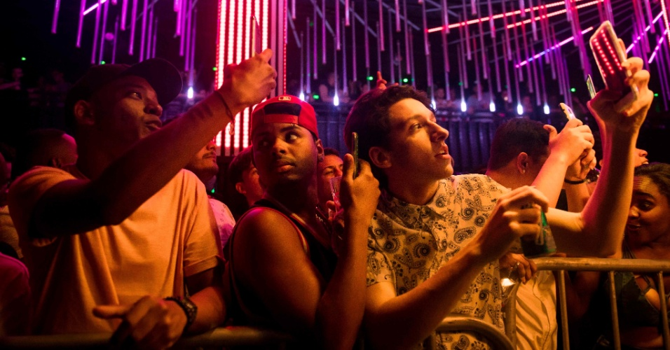 30.jul.2017 - Pessoas fotografam show da cantora trans MC Pepita em clube noturno no centro do Rio de Janeiro