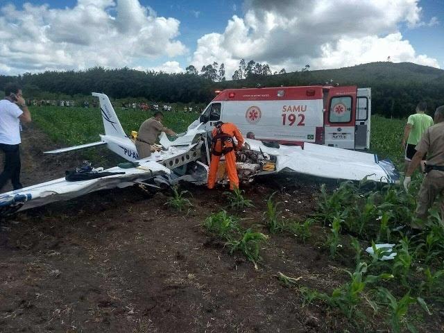 09.dez.2017 -- Uma pessoa morreu e duas ficaram feridas na queda de um avião de pequeno porte neste sábado (9) em Baependi, região sul de Minas, conforme informações do Corpo de Bombeiros