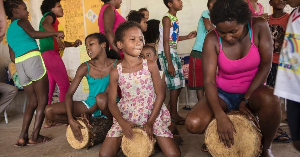 A professora Leidiane Santos Reges, de 30 anos, dá aulas e oficinas de cantos tradicionais quilombolas em Nazaré, em Serrano do Maranhão