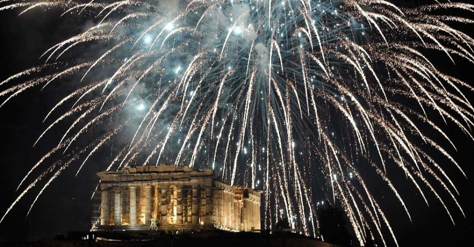 31.dez.2017 - Fogos de artifício iluminam Acrópole de Atenas, na Grécia