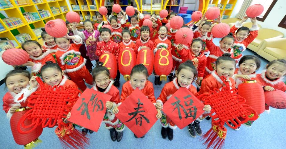 Alunos de escola primária em Handan, no norte da China, usam roupas tradicionais para saudar 2018