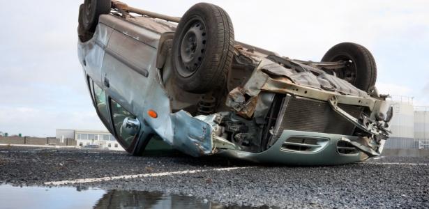 Carro fica capotado em estrada após colisão: DPVAT é para vítimas de acidentes de trânsito, mas fraude consegue benefício até para quem caiu do cavalo - Getty Images/iStockphoto