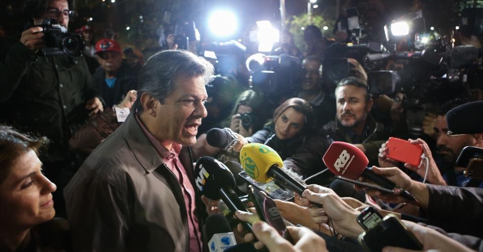 24.out.2018 - Fernando Haddad (PT) concede entrevista a jornalistas antes de discursar durante ato de sua campanha no Largo da Batata, zona oeste de São Paulo