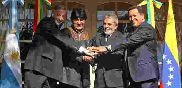 04.mai.2006 - Os presidentes Néstor Kirchner, da Argentina, Evo Morales, da Bolívia, Luiz Inácio Lula da Silva, do Brasil e Hugo Chávez, da Venezuela - Anotnio Scorza/AFP - Anotnio Scorza/AFP
