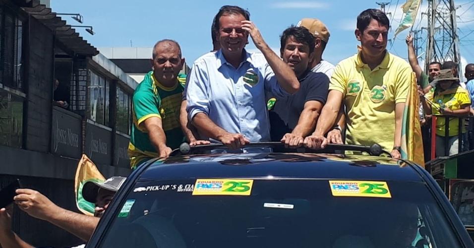 27.out.2018 - Eduardo Paes, candidato pelo DEM ao governo do estado do Rio de Janeiro, participa de carreata em Nova Iguaçu, na Baixada Fluminense