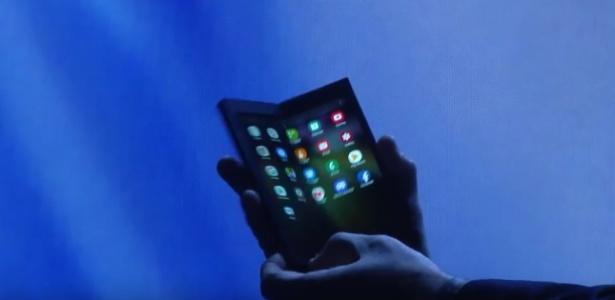 Smartphone dobrável da Samsung se abre e revela telona na parte de dentro