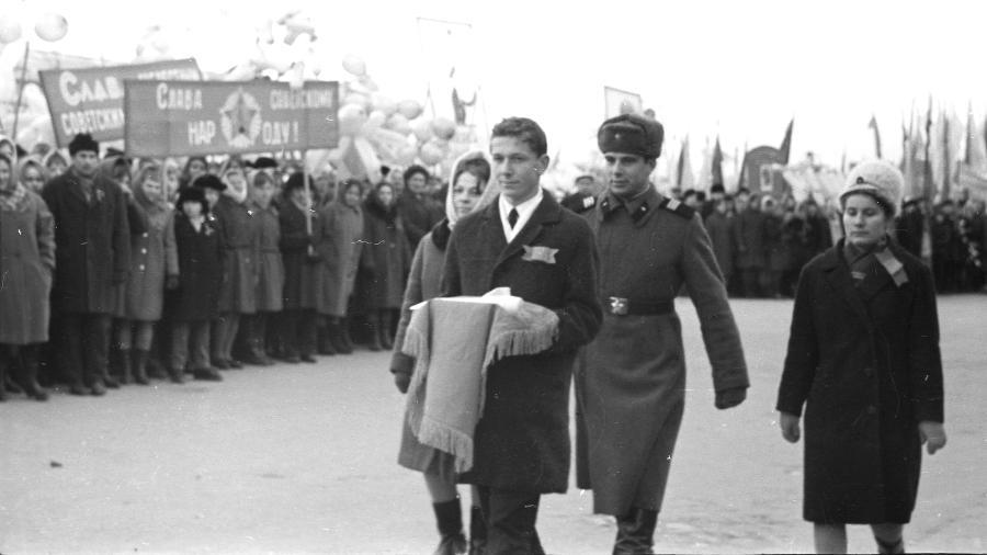 Moradores de Pereslavl participam de cerimônia, em 1968,  em que guardam uma carta escrita aos jovens de 2018 - Museu de Pereslavl-Zalessky