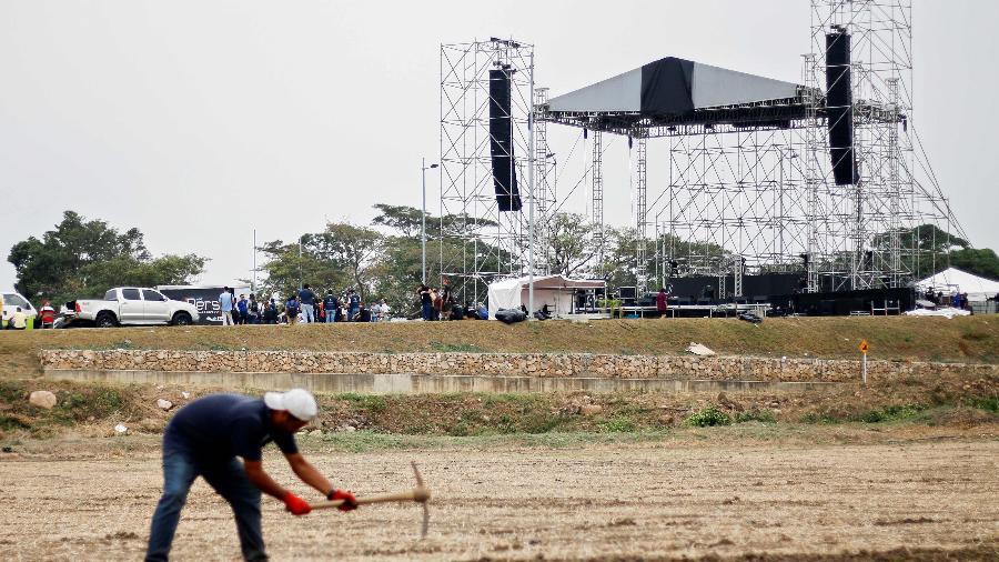 20.fev.2019 - Trabalhadores montam a estrutura do palco que sediará um show na sexta-feira (22), na fronteira da Venezuela com a Colômbia - SCHNEYDER MENDOZA/AFP
