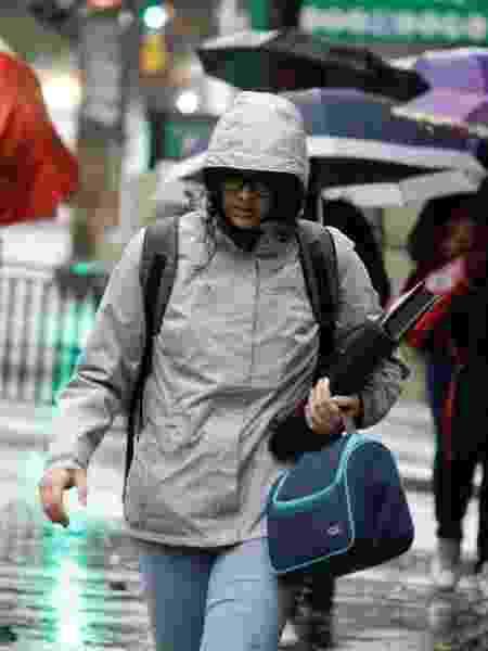 4.jul.2019 - Pedestres se protegem do frio e da chuva na avenida Paulista, em SP - FÁBIO VIEIRA/FOTORUA/ESTADÃO CONTEÚDO