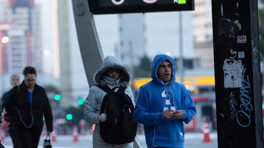 cf15c7fafef4 Em domingo frio, pedestres caminham agasalhados no Viaduto Santa Generosa,  zona sul de São