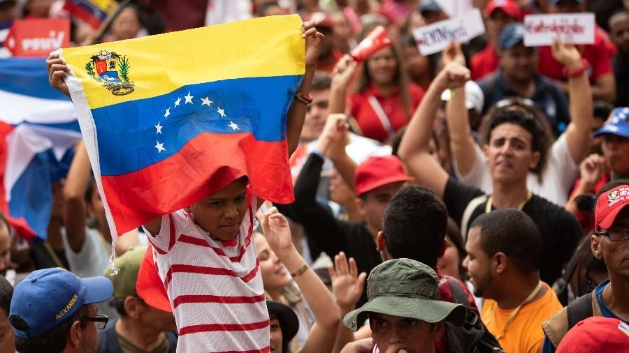 21.nov.2019 - Em Caracas, Venezuela, pessoas comparecem à marcha pelo Dia do Estudante Universitário - Marcos Salgado/Xinhua